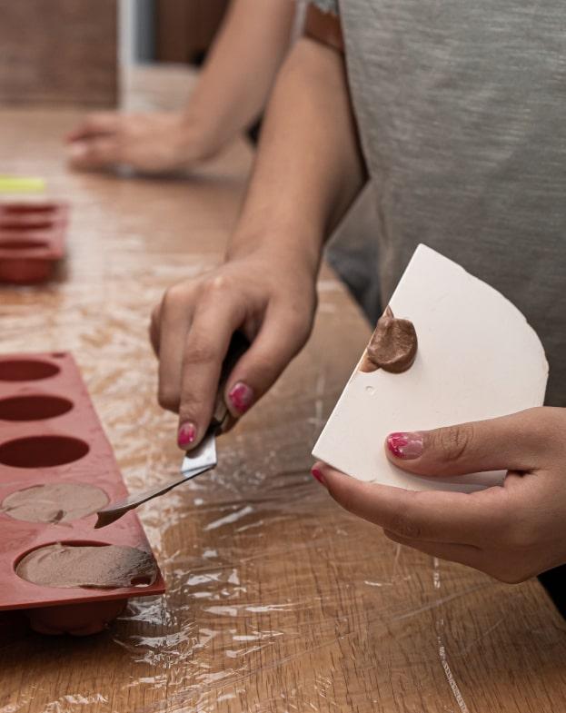 ילדה מכינה קינוח